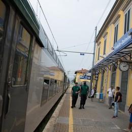 Rapinata dello smartphone in treno  I passeggeri inseguono i due ladri