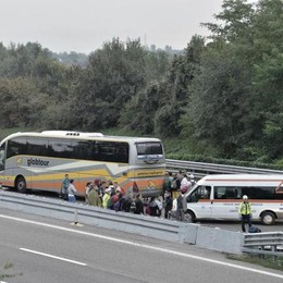 Bus di studenti tampona camion in A21 Un morto e 12 feriti: chiusa l'autostrada