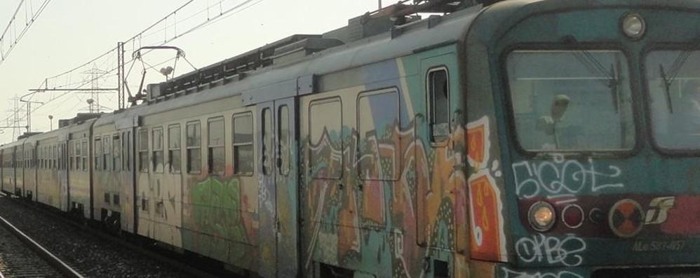 Treno guasto sulla linea da Brescia Spostato a spintoni da un altro convoglio