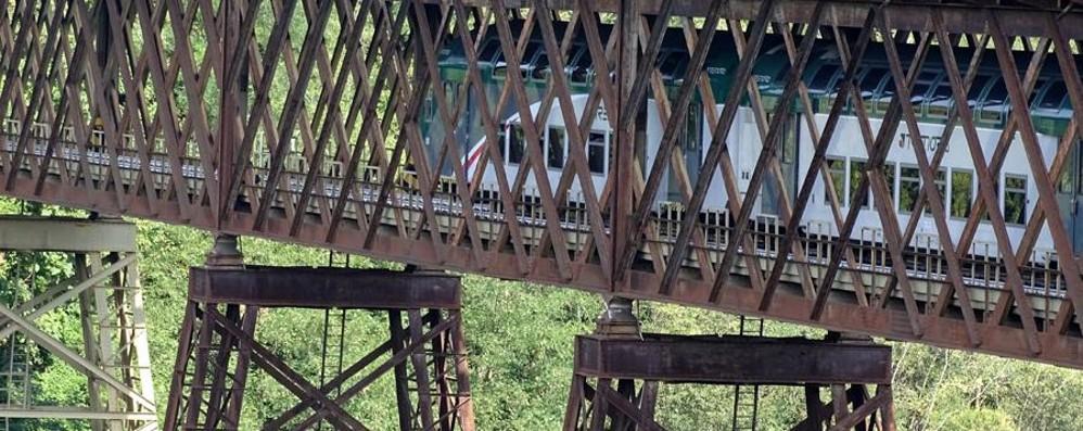 Chiude il ponte di Paderno, pendolari: «Situazione nota, non si è intervenuti»