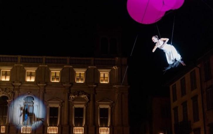Danzatori del cielo in Piazza Vecchia  La magia delle «molecole» in volo - Video