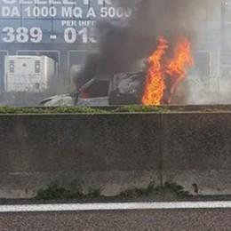 Furgone in fiamme sull'A4 Disagi per chi viaggia verso Brescia