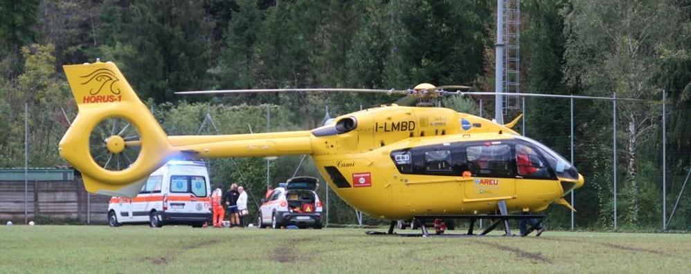 Costa Volpino, cade in bici 74enne grave, in volo l'elisoccorso