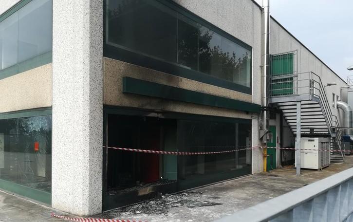 Falegnameria distrutta da un incendio Spirano, tre ore per spegnere le fiamme