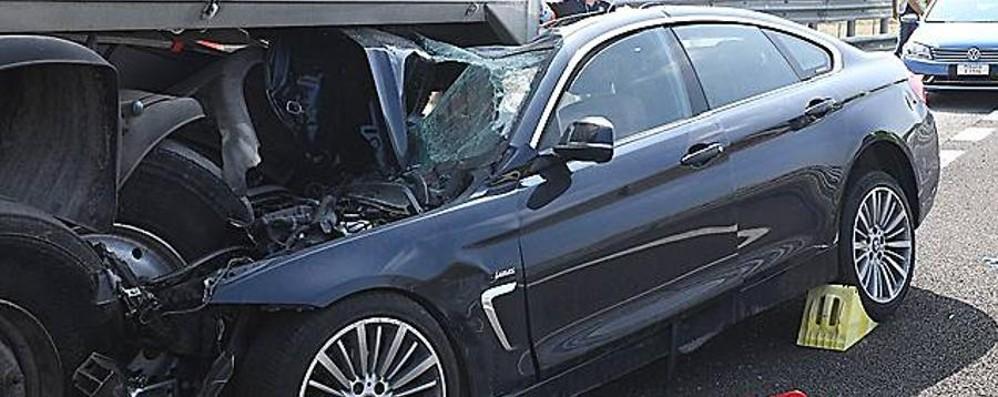 Cisa, auto si incastra sotto un camion Muore donna bergamasca, grave il marito