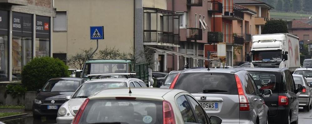 Grave incidente, moto contro auto Ponteranica, code sulla provinciale