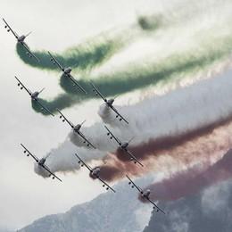 Lovere si colora di verde, bianco e rosso Lo spettacolo delle Frecce Tricolori - Video
