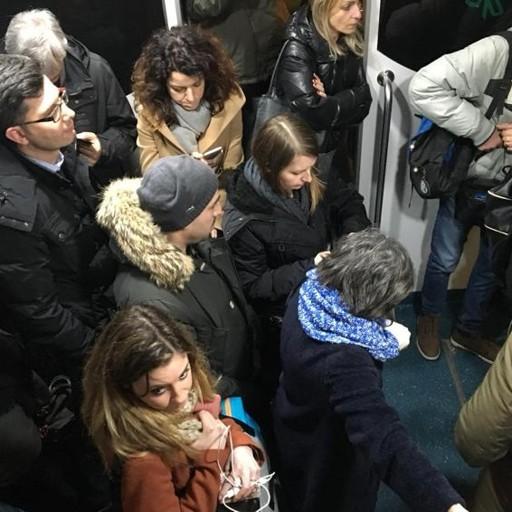 «Bloccati per 3 ore, non ci fu assistenza» Trenord risarcisce i pendolari: 80 euro