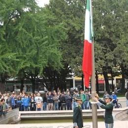 Alzabandiera in piazza Vittorio Veneto «Diventerà un appuntamento mensile»