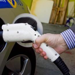 Auto elettriche, 32 colonnine in arrivo E il primo anno il «pieno» sarà gratis