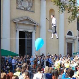 Borgo Palazzo, festa delle botteghe Artisti di strada e band lungo la via