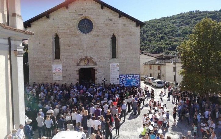 «Don Sergio, una persona unica» Folla per l'ultimo saluto a Ponteranica