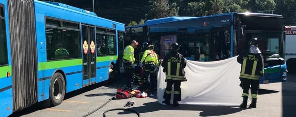 Scontro tra bus, morto 14enne Un altro con gravi ferite alle gambe