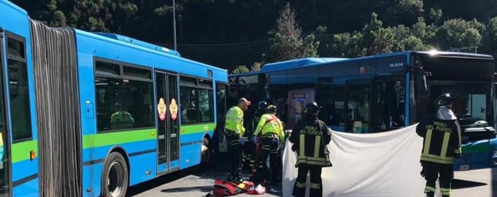 Scontro tra due bus a Gazzaniga È morto il 14enne travolto