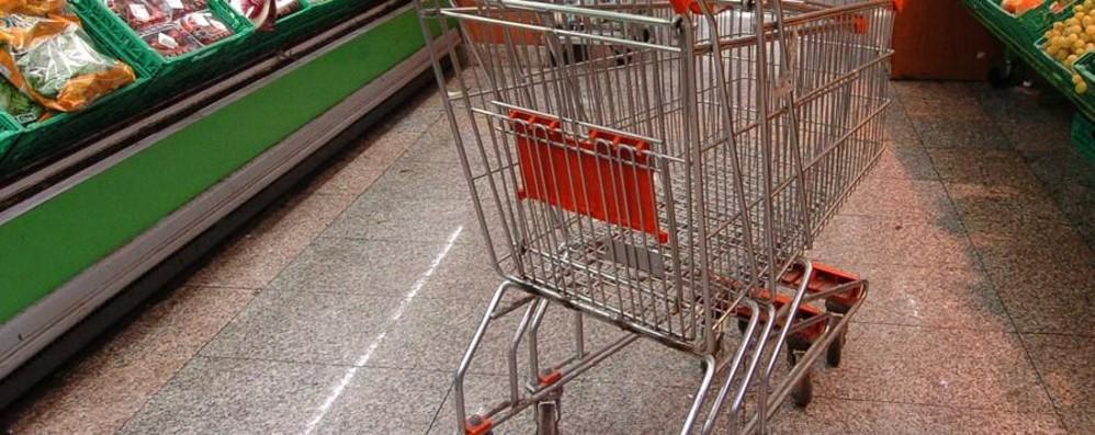 Romano, ruba snack al supermercato  E per fuggire tira pietre a un cliente
