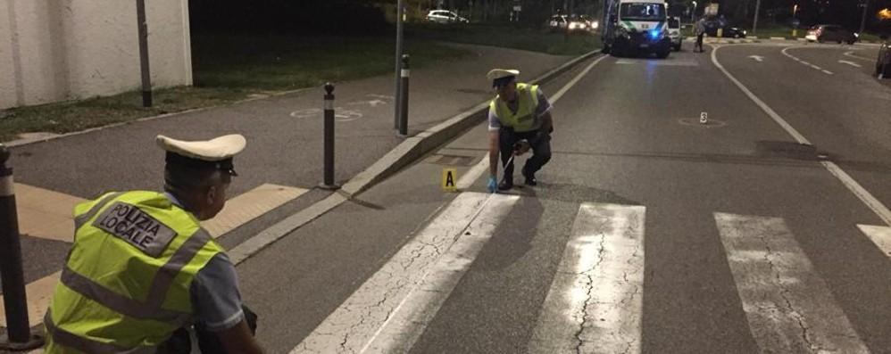 Sbalzata per 5 metri, grave a Bergamo Scontro in via Grumellina: caos e tre feriti