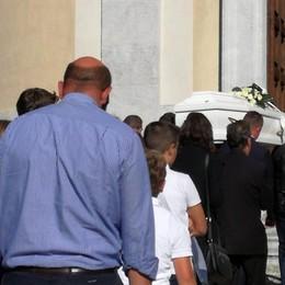 Ardesio, folla fuori e dentro la chiesa «L'affetto per Luigi sia la nostra forza»