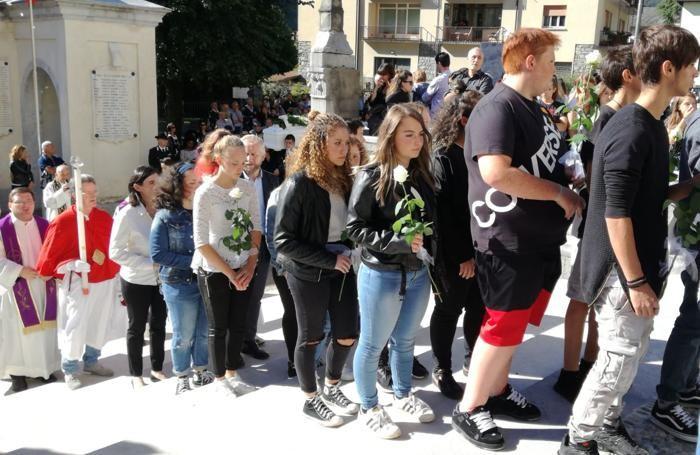 Ai funerali di Luigi i suoi coscritti con una rosa bianca