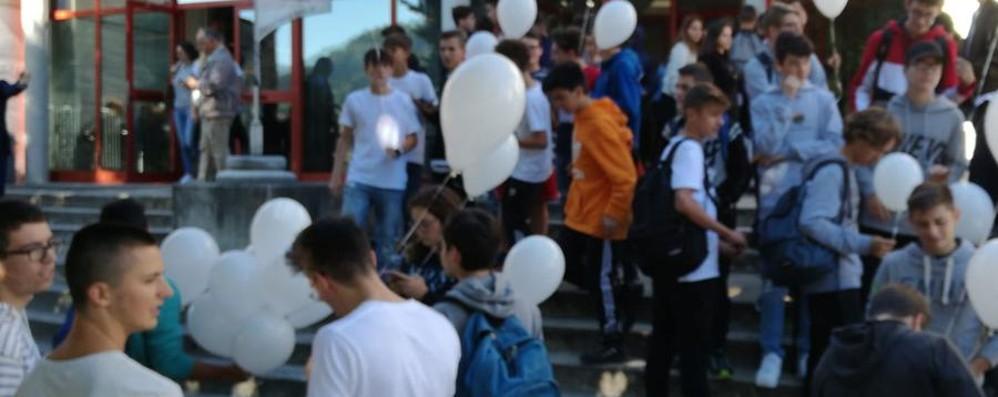 «Ciao Luigi, per sempre uno di noi» Volano 500 palloncini bianchi - Video