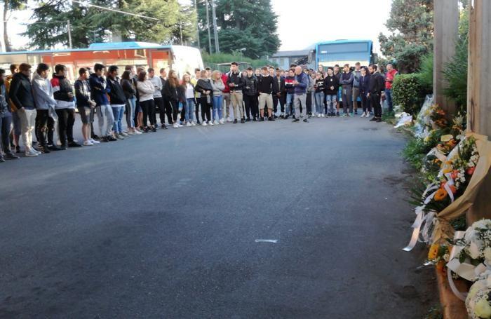 Gli studenti alla stazione di Gazzaniga