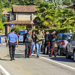 Donna ferita a colpi di pistola: è grave Scanzo, l'ex marito ancora ricercato