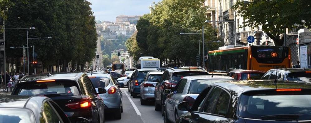 Traffico bloccato sulla statale 671 Scontro tra due auto a Bonate Sopra
