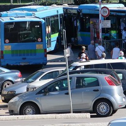 Rose sui sedili dei pullman, bus vuoti Indagini, inspiegabile la fretta dell'autista