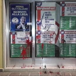 Imbrattata sede della Lega a Pradalunga I precedenti. Zaia: solidarietà a Salvini