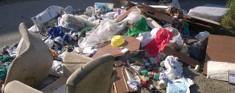 Dall'eternit alle cucine tra i rifiuti c'è di tutto Appello del Comune: «Aiutateci a vigilare»