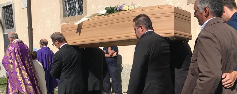 In migliaia per l'ultimo saluto a Giovanni «Continuerà a parlare nel nostro cuore»