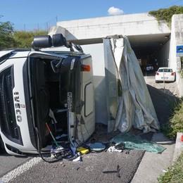 Mapello, si ribalta un tir carico di sabbia Traffico in tilt sulla Briantea, tre feriti
