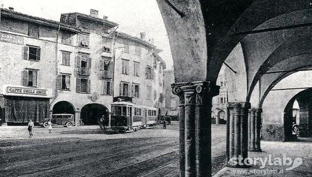 La piazza, i portici e il  tram sparito  Il tempo passa, ma il cuore batte ancora