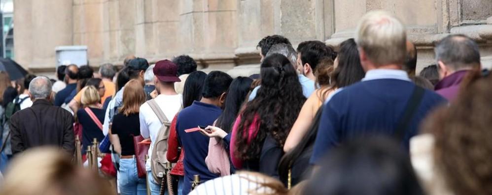 Folla per la festa di inaugurazione Starbucks, code per il primo caffè - Foto