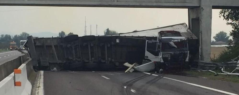 Tir si ribalta sull'autostrada a Bologna Muore camionista bergamasco 57enne