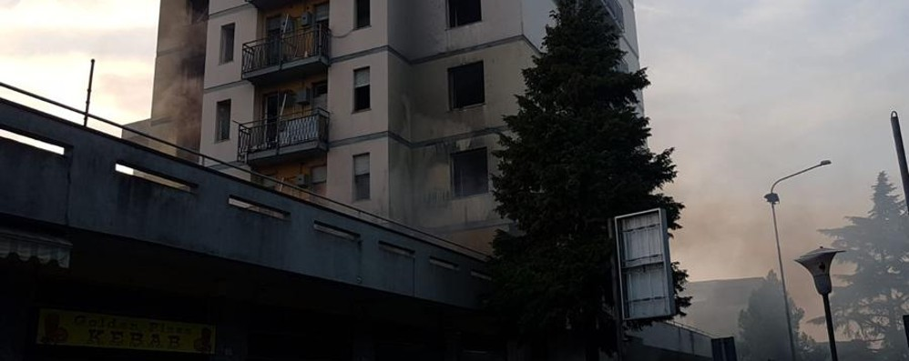 Ancora fiamme a Zingonia Tre intossicati nelle torri -Foto