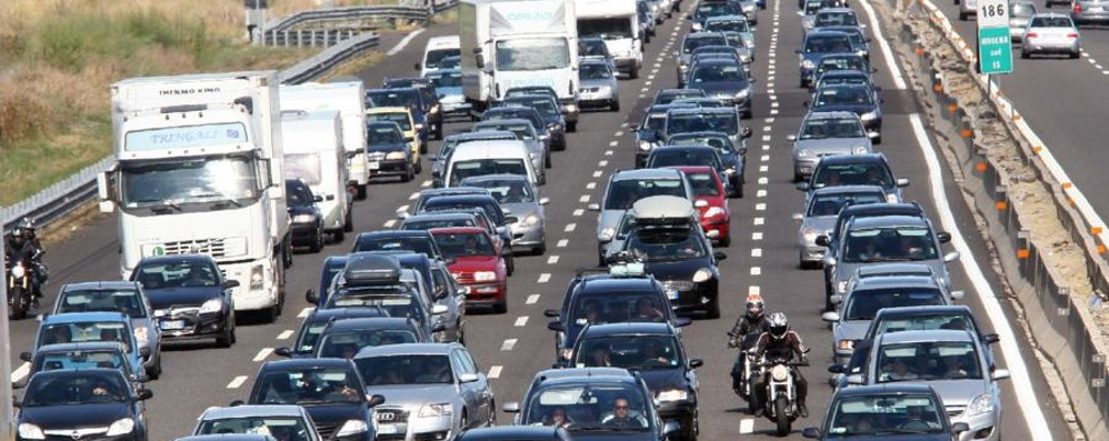 Moto contro auto in A4, code Elisoccorso per il motociclista 38enne