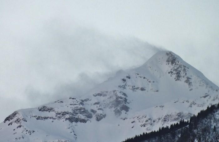 I vistosi pennacchi di neve che si alzavano dal Monte Madonnino, tra la Val Seriana e Brembana. Il pizzo Coca avvolto dalla bufera di neve: al Curò il vento ha soffiato a 109 km/h.