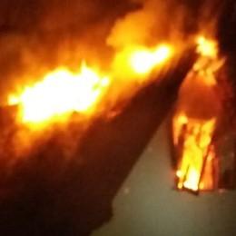 Incendio durante la festa di fine anno Casa distrutta a Colzate - Foto