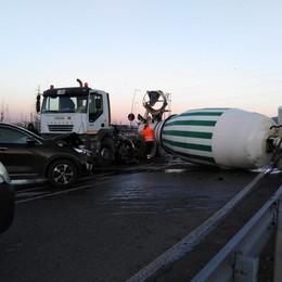 Tir perde betoniera che urta un'auto Zanica, tangenziale Sud bloccata-Foto
