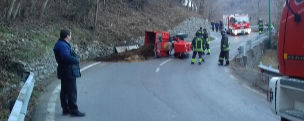 Si ribalta un trattore a Valsecca Tre autobus degli studenti bloccati