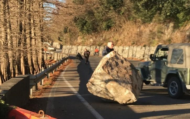 Masso di 30 quintali sulla Sebinia Una seconda roccia incombe