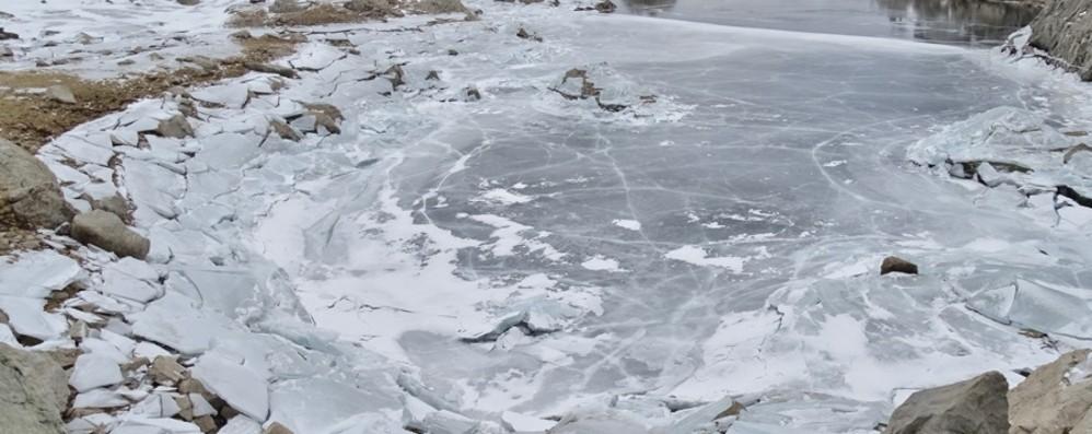 Laghi sulle Orobie quasi a secco Restano solo i lastroni di ghiaccio - Foto