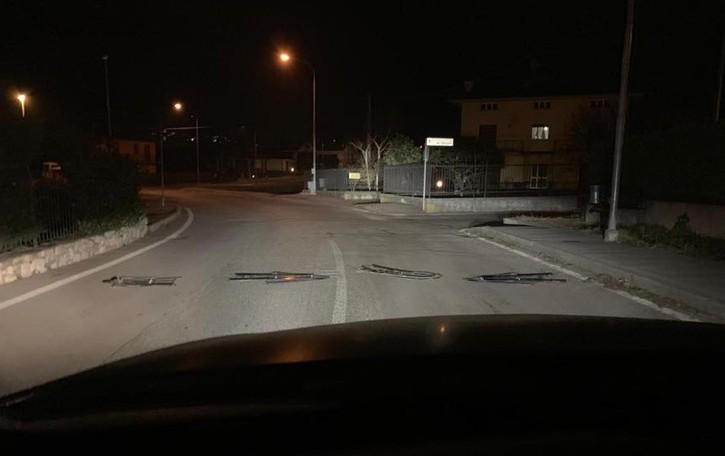 Cartelli stradali in strada a Berzo Bravata rischiosa, soprattutto per le moto