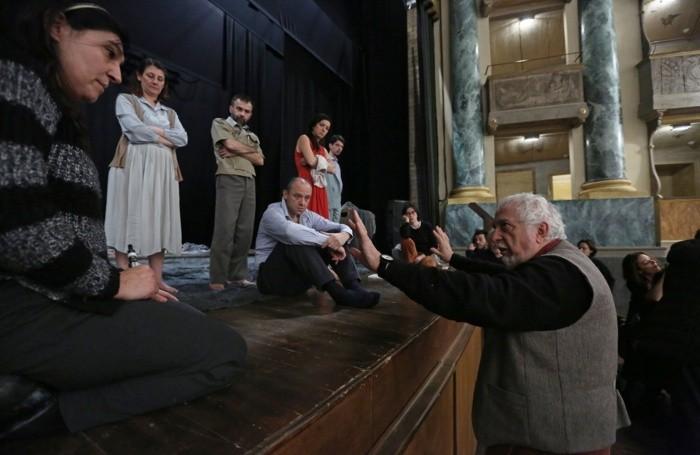Teatro Sociale, Gigi Dall'Aglio (regista) durante le prove di ANTIGONE di Sofocle, con la Compagnia ATIR - Teatro di Ringhiera