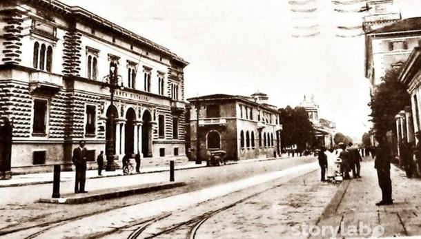 La storia corre lungo il viale tra la Banca d'Italia e i binari del tram