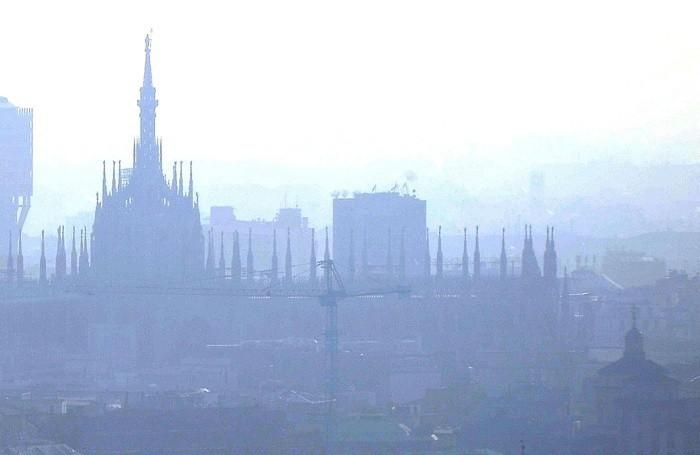 CRISI ABBATTE SMOG, NEL 2012 MENO TRAFFICO E PIU' ECO-AUTO Smog sul centro di Milano in un'immagine d'archivio del 28 gennaio 2010. DANIEL DAL ZENNARO/ANSA