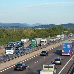 Vuole buttarsi da un ponte dell'A4 Ventenne salvato da due poliziotti