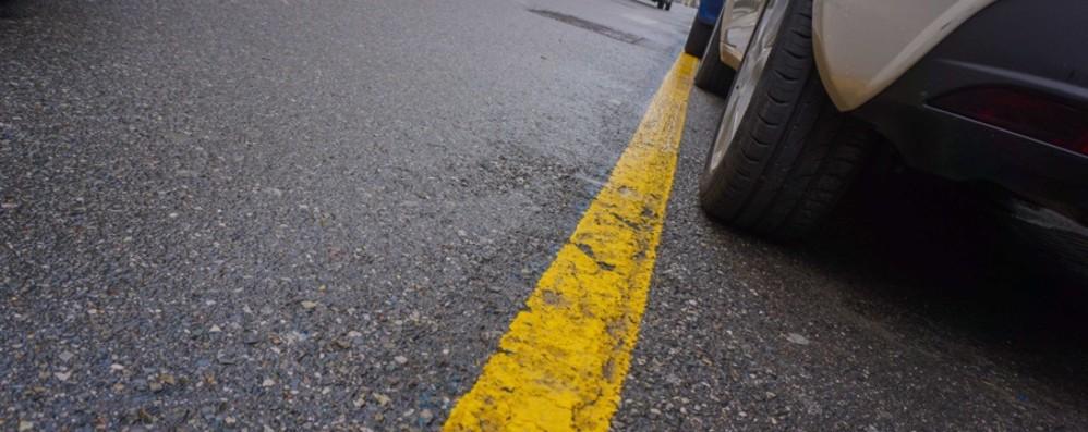 Strisce gialle in Città Alta: stop ai turisti «Ticket da 18 euro negli stalli blu»