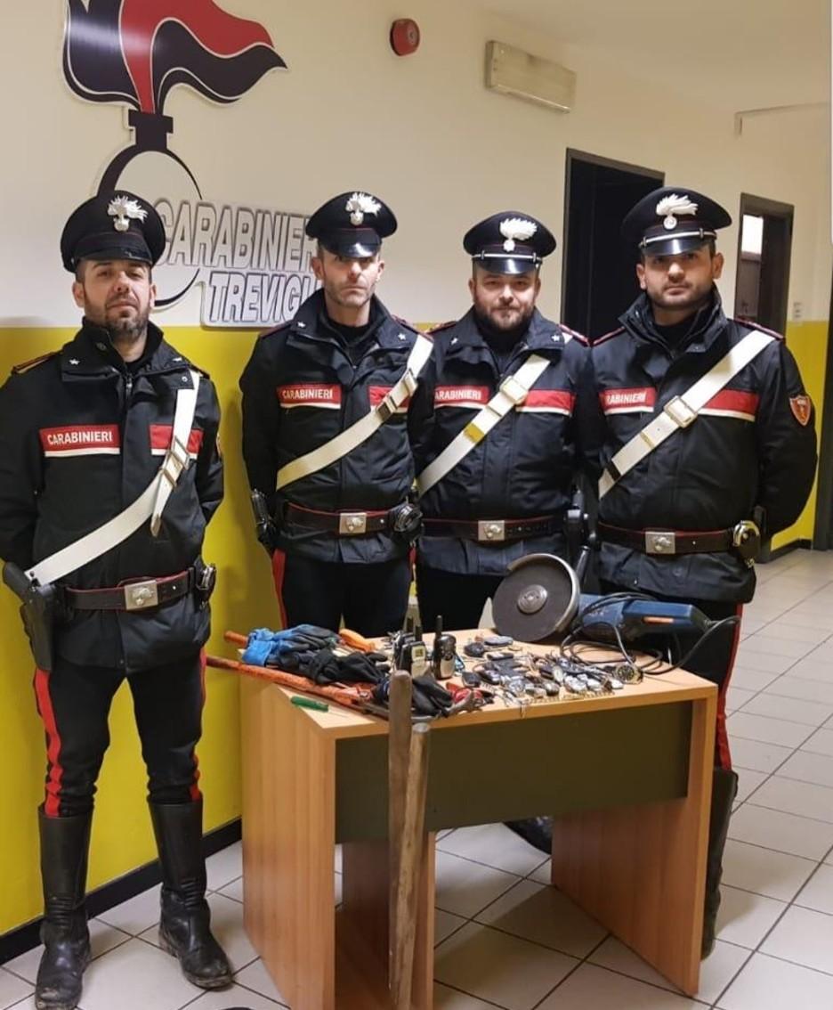i carabinieri con il materiale trovato in auto