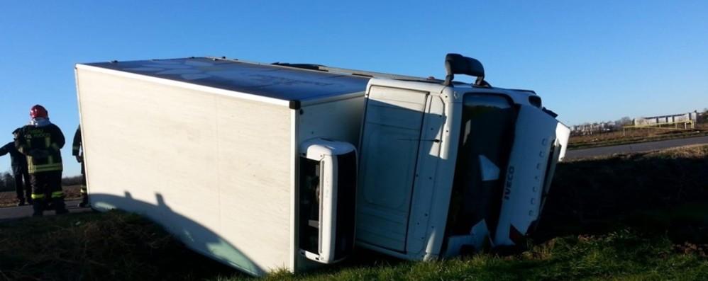 Camion si ribalta a Osio Sotto Ferito un uomo di 41 anni